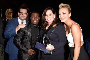 Kevin Hart Josh Gad Behind the Scenes at the People's Choice Awards
