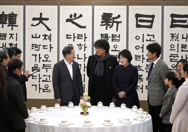 Director Bong Meets South Korean President In Seoul [event,games,calligraphy,recreation,company,bong joon-ho,moon jae-in,president,director,song kang-ho,92nd academy awards,seoul,bong meets south korean,south korean,stand,public relations,communication,suit,salaryman,public,event]