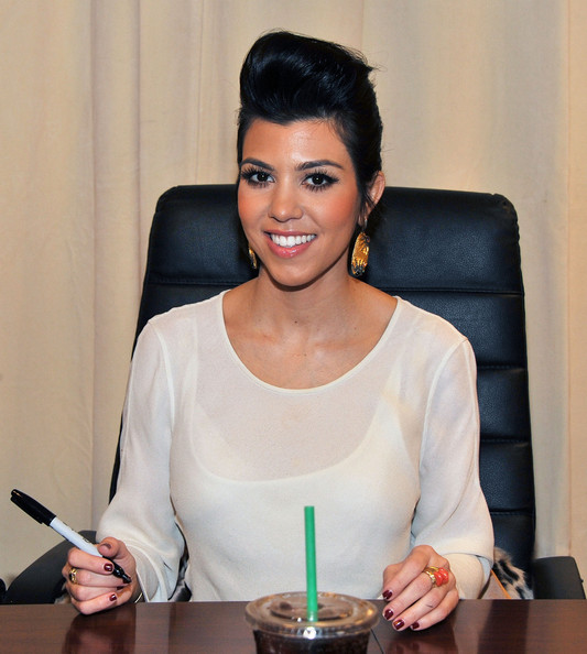 http://www1.pictures.zimbio.com/gi/Kim+Khloe+Kourtney+Kardashian+Sign+Copies+kBx4CxzWZ_Ql.jpg