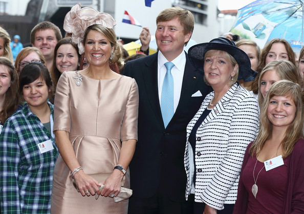 King Willem-Alexander with Queen Maxima of The Netherlands and Hannelore Kraft (2nd-R), Governor of North Rhine-Westphalia, pose with students of the Wilhelms University at 'Haus der Niederlande' on May 27, 2014 in Muenster, Germany. The Royal couple is on a two-day visit to Germany.