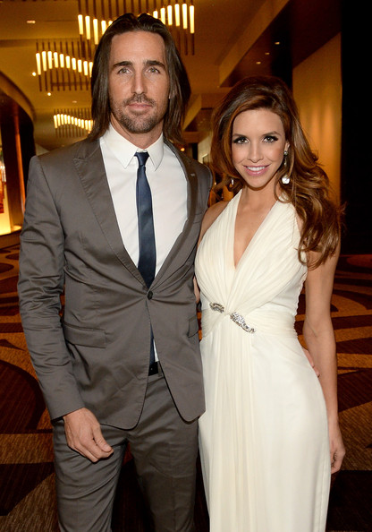 Jake Owen Proposes To Girlfriend Lacey Buchanan On Stage At Hometown ...
