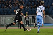 Nice's Dutch midfielder Wesley Sneijder (C) controls the ball with Lazio's midfielder from Spain Luis Alberto during the UEFA Europa League football match, Lazio versus Nice, on November 2, 2017 at Rome's Olympic stadium. / AFP PHOTO / ANDREAS SOLARO