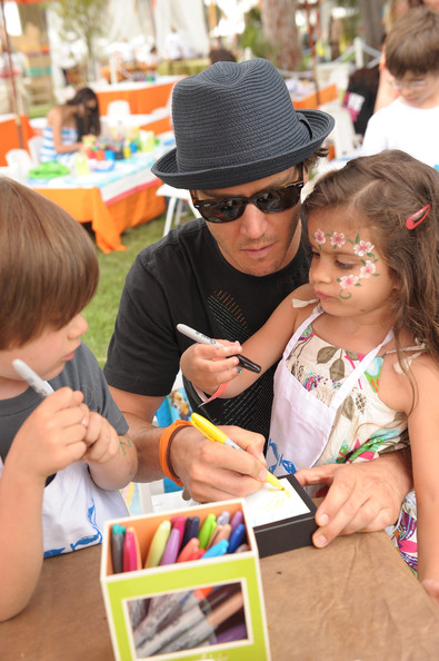 Mark-Paul Gosselaar - Oopsy daisy Art Booth At Elisabeth Glaser Pediatric Aids Carnival