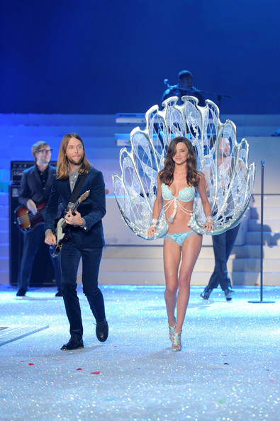 fdd5581a9e Maroon 5 Photos Photos - 2011 Victoria s Secret Fashion Show ...