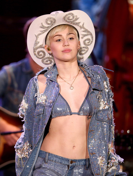 Miley Cyrus Photos Photos - 'MTV Unplugged: Miley' Films ...