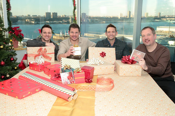 Nick Lachey Justin Jeffre Masterpass by Mastercard Powers 98 Degrees to Bring Holiday Cheer to Red Cross Volunteers