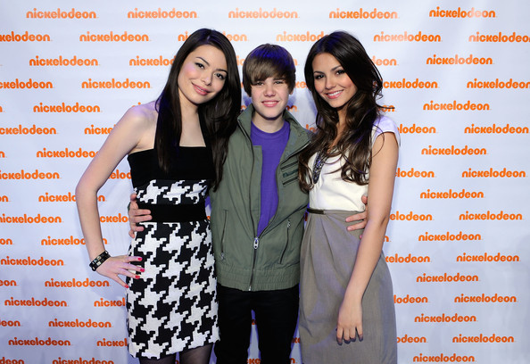 (L-R) Actress Miranda Cosgrove, musician Justin Bieber and actress Victoria Justice attend the Nickelodeon 2010 Upfront Presentation at Hammerstein Ballroom on March 11, 2010 in New York City.