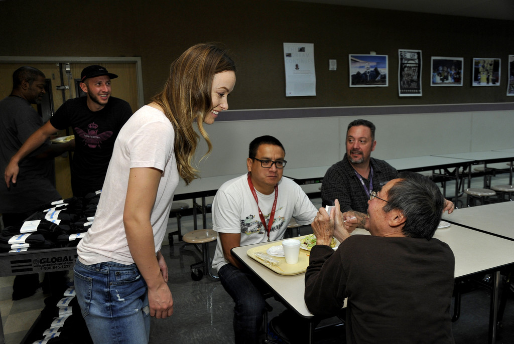 Olivia wilde photos photos olivia wilde visits the los for Los angeles homeless shelter