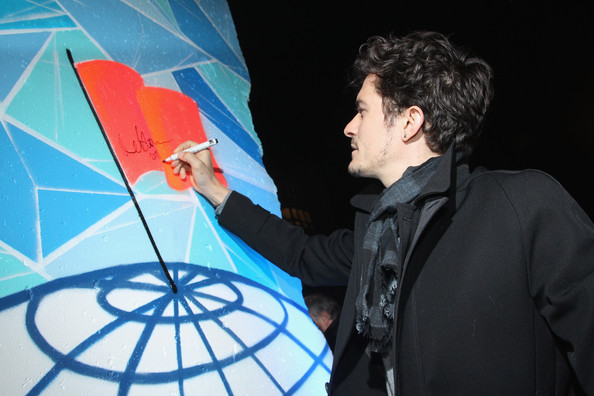 Orlando Bloom Actor Orlando Bloom signs a piece of the former Berlin Wall upon his arrival at the Cinema For Peace Green Evening 2010 at the China Club on November 12, 2010 in Berlin, Germany.