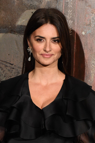 Chanel Metiers D'Art 2019-2020 : Front Row At Le Grand Palais [front row at le grand palais,hair,face,hairstyle,eyebrow,beauty,lip,chin,black hair,dress,little black dress,penelope cruz,metiers dart,front row,paris,france,le grand palais,chanel metiers dart 2019-2020,chanel]