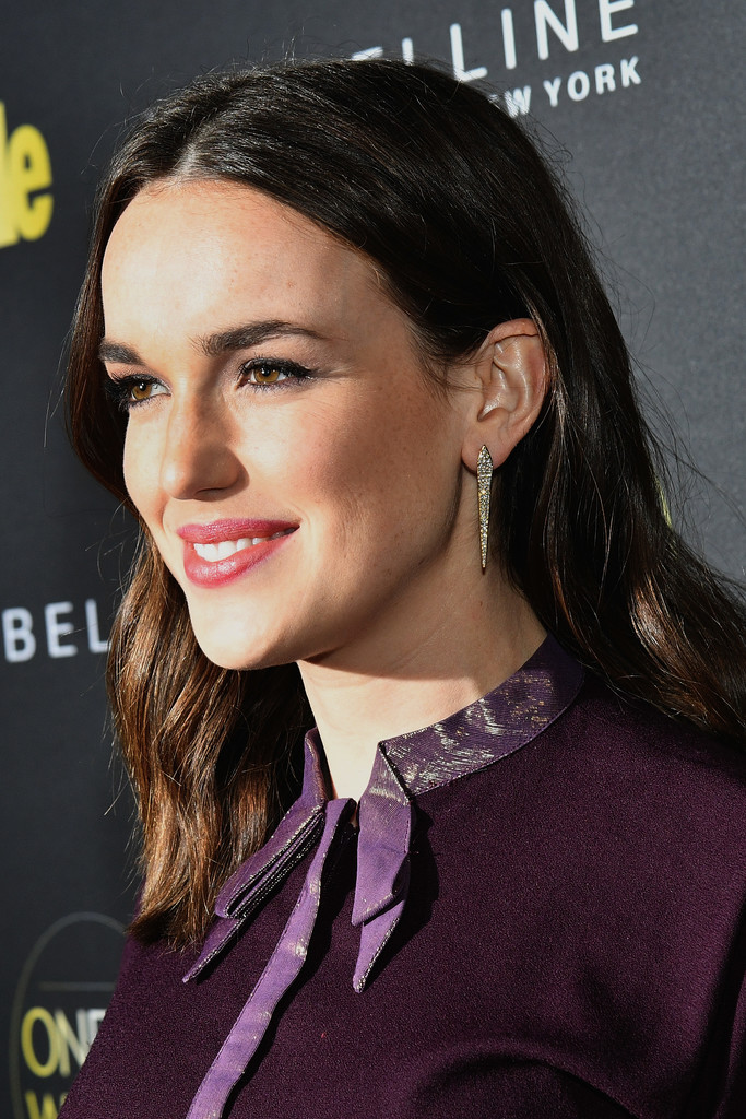 Elizabeth Henstridge Nude Photos 20