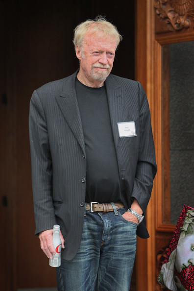 phil knight ceo at nike 1983 Johnson met phil knight, who of course went on to become the founder and ceo of nike in 1965, knight hired  during an executive meeting in 1983, knight.