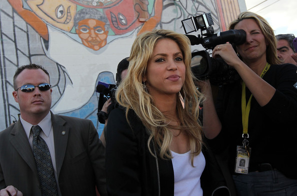 Shakira.;* - Page 2 Pop+Star+Shakira+Protests+New+Arizona+Immigration+gUMBrB_ZHxMl