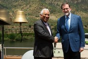 """Spanish Prime Minister Mariano Rajoy (R) and his Portuguese counterpart Antonio Costa shake hands as they pose on the """"MS Douro Elegance"""" ship on the first day of the XXIX Portugal - Spain summit in La Fregeneda, on May 29, 2017. / AFP PHOTO / MIGUEL RIOPA"""