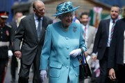 Britain's Queen Elizabeth II (C) and Britain's Prince Philip, Duke of Edinburgh (centre left) arrive at Mayflower Primary School during a visit to Poplar in Tower Hamlets in East London on June 15, 2017, as part of commemorations to mark the centenary of the bombing of Upper North Street School during the First World War..Mayflower Primary School now exists on the site of the Upper North Street School. / AFP PHOTO / POOL / Daniel LEAL-OLIVAS