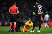 Luis Suarez of FC Barcelona argues with the referee as he receives medical treatment during the La Liga match between RCD Espanyol and FC Barcelona at RCDE Stadium on January 04, 2020 in Barcelona, Spain.