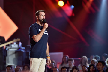 Rob Riggle Stand Up To Cancer Marks 10 Years Of Impact In Cancer Research At Biennial Telecast - Inside