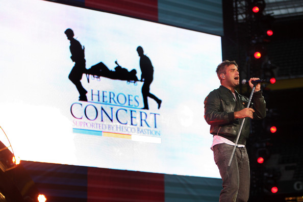 http://www1.pictures.zimbio.com/gi/Robbie+Williams+Help+Heroes+Concert+_+Rehearsals+G5g2AHtJFd7l.jpg