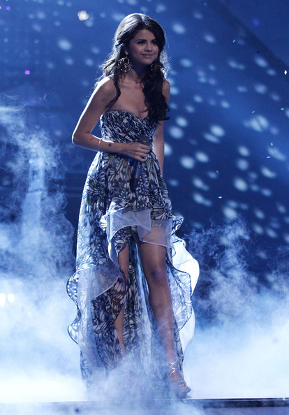 Selena gomez singer selena gomez performs onstage during for People s choice 65