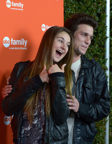 shailene woodley and ken baumann dating Shailene woodley and ken baumann photos photos - (l-r) actors francia raisa, ken baumann and shailene woodley attend the abc family's world record elf party to promote santa baby 2.