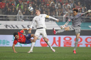Christopher Wood of New Zealand compete for the ball with Kim Jin-Hyeon and Kim Young-Gwon of South Korea during the international friendly match between South Korea and New Zealand at Seoul World Cup Stadium on March 31, 2015 in Seoul, South Korea.