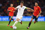 Harry Kane of England holds off Sergio Busquets of Spain during the UEFA Nations League A Group Four match between Spain and England at Estadio Benito Villamarin on October 15, 2018 in Seville, Spain.
