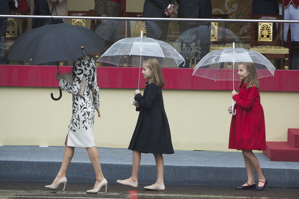 http://www1.pictures.zimbio.com/gi/Spanish+Royals+Attend+National+Day+Military+PK3YjDsjug1x.jpg