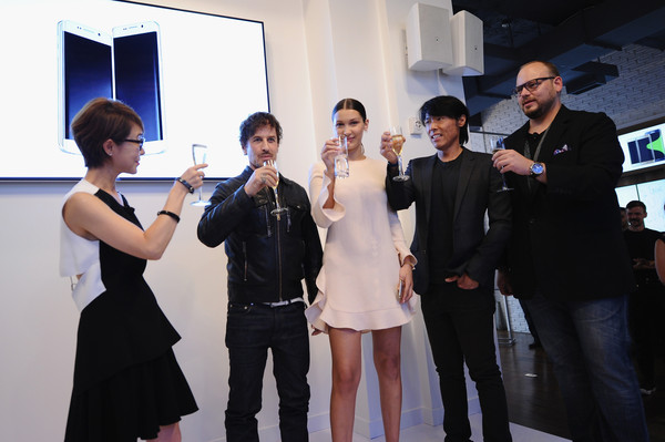 Samsung Celebrates the Unveiling of the Galaxy S6 edge+ and Galaxy Note5 [event,skin,fashion,snapshot,formal wear,dress,photography,ceremony,suit,white-collar worker,younghee lee,steven klein,bella hadid,america dennis miloseski,galaxy note5,edge,galaxy s6,samsung,unveiling,launch]