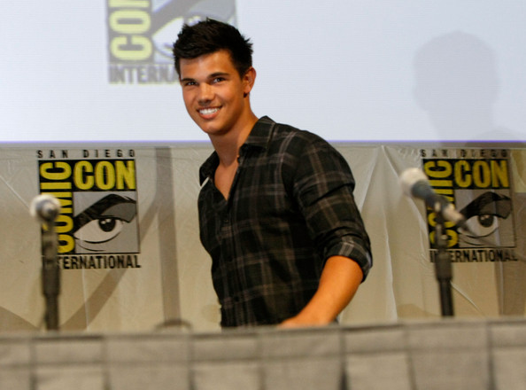 selena gomez kissing taylor lautner on the lips. selena gomez and taylor lautner kissing. Taylor Lautner Steps Out With