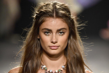 Taylor Hill Anna Sui - Runway - September 2017 - New York Fashion Week: The Shows
