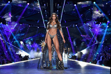 Taylor Hill 2018 Victoria's Secret Fashion Show in New York - Runway