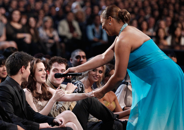 Taylor Lautner (L-R) Actors Taylor Lautner, Kristen Stewart, Robert Pattinson and Queen Latifah during the 2011 People's Choice Awards at Nokia Theatre L.A. Live on January 5, 2011 in Los Angeles, California.