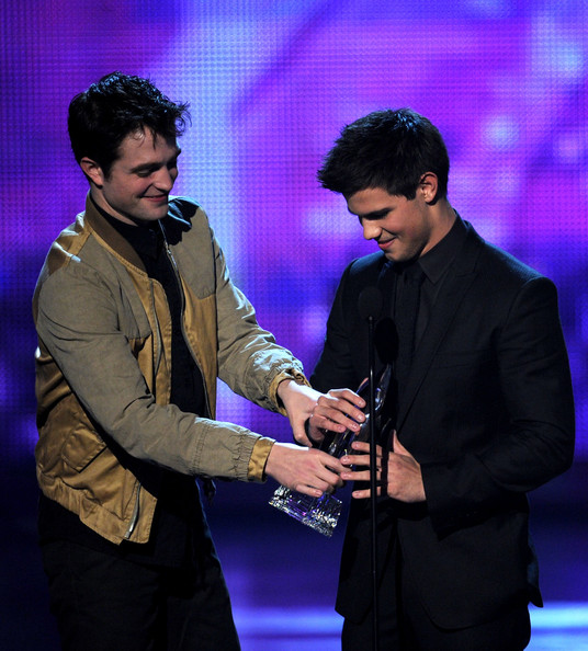 People's Choice Awards 2011 - Página 2 Taylor+Lautner+2011+People+Choice+Awards+Show+saPTdgs0zuPl