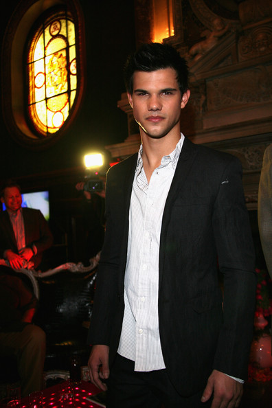 Taylor asistiendo a 39 soiree ambassadeur 39 en el salon france ameriques 8 de abril - Salon france amerique paris 8 ...