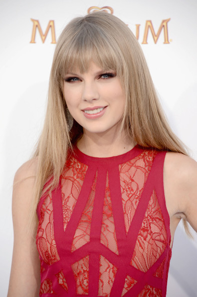 http://www1.pictures.zimbio.com/gi/Taylor+Swift+2012+Billboard+Music+Awards+Arrivals+Iv7CdNffvJhl.jpg