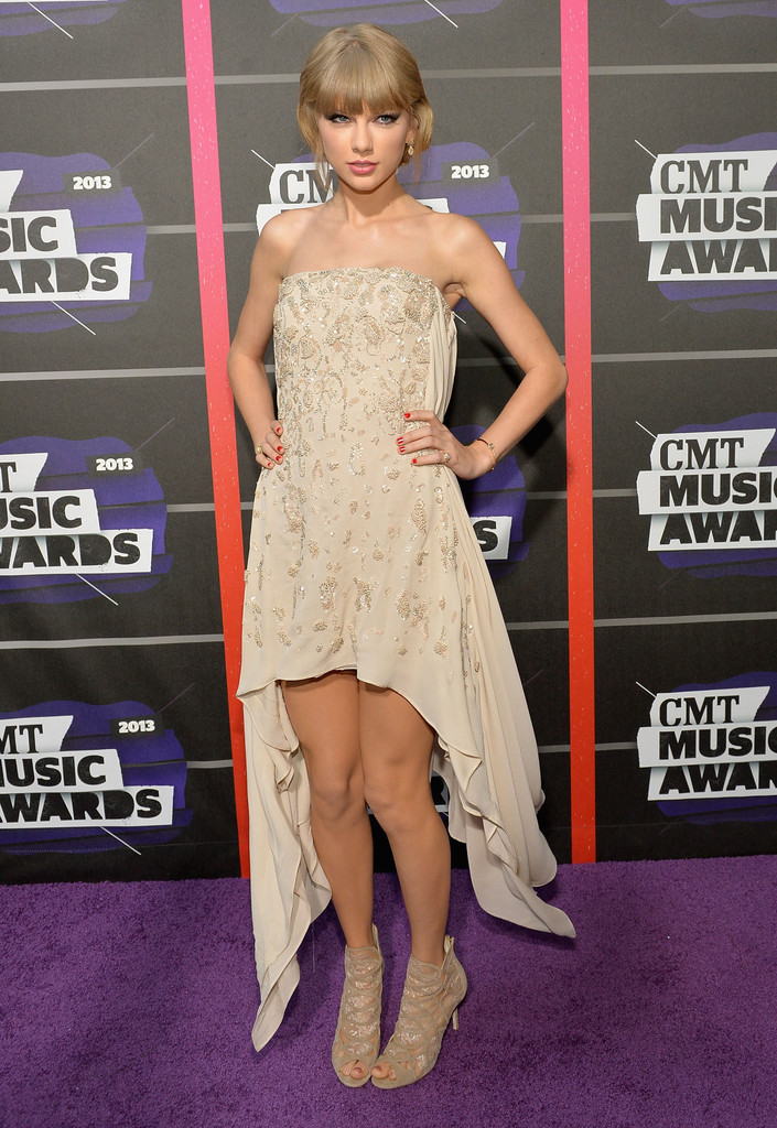 Taylor Swift - Page 40 Taylor+Swift+Arrivals+CMT+Music+Awards+K82gIxZYXxOx