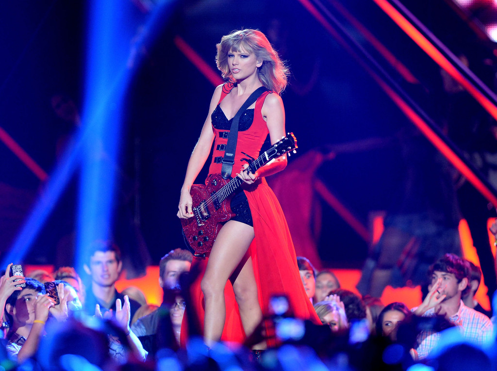 Taylor Swift - Page 40 Taylor+Swift+CMT+Music+Awards+Nashville+33y35ya7omcx