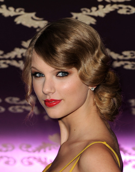 "Taylor Swift Singer/songwriter Taylor Swift arrives at the Country Music Hall of Fame & Museum's ""All For The Hall"" at Club Nokia on September 23, 2010 in Los Angeles, California."