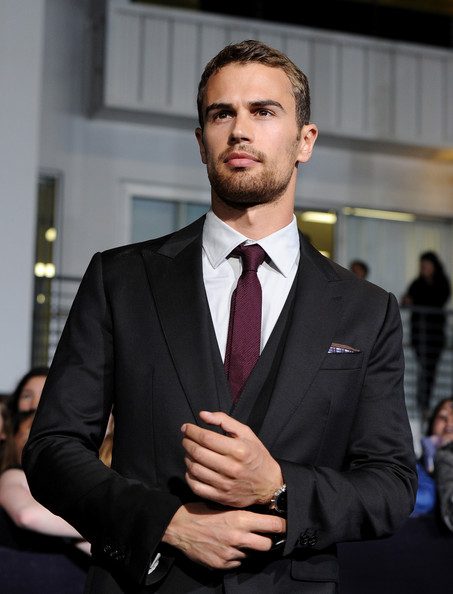 "Theo James - première de ""Divergent"" de Summit Entertainment - Red Carpet"