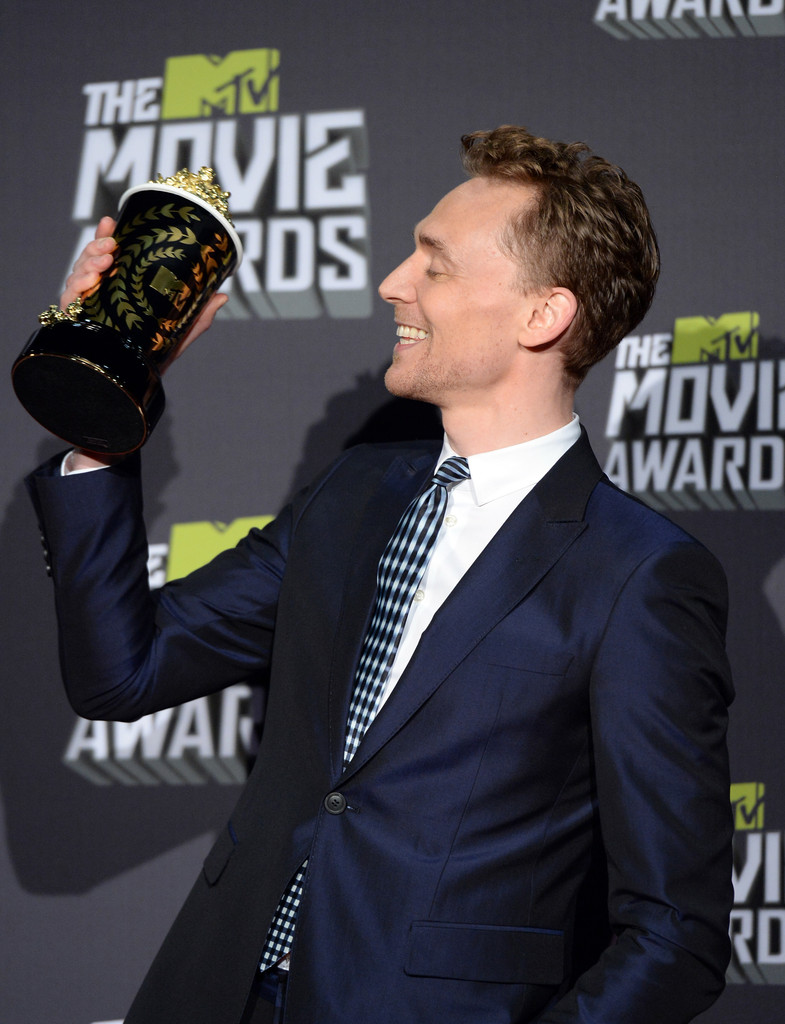 http://www1.pictures.zimbio.com/gi/Tom+Hiddleston+2013+MTV+Movie+Awards+Press+trSkqbZ_VmNx.jpg
