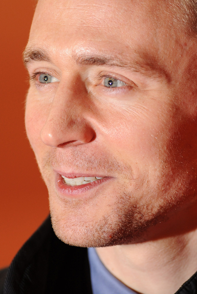 http://www1.pictures.zimbio.com/gi/Tom+Hiddleston+Celebs+Come+Out+Book+Mormon+1venURHZX0Nx.jpg