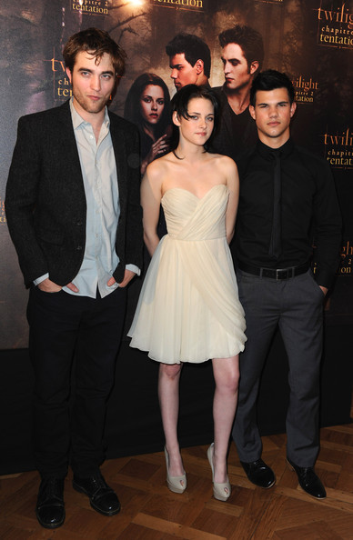 "(L-R) Actors Robert Pattinson, Kristen Stewart and Taylor Lautner attend the photocall for the Chris Weitz's film ""The Twilight Saga: New Moon"" at Hotel Crillon on November 10, 2009 in Paris, France."