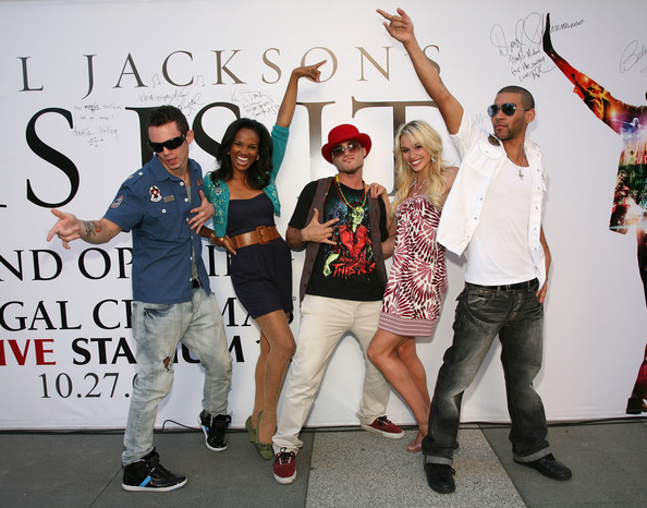 """Cast Reunite To Sign Michael Jackson's """"This Is It"""" Tribute Wall"""