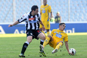 Andrea Lazzari (L) of Udinese competes with Juan Fernando Quintero of Pescara  during the Serie A match between Udinese Calcio and Pescara at Stadio Friuli on October 21, 2012 in Udine, Italy.