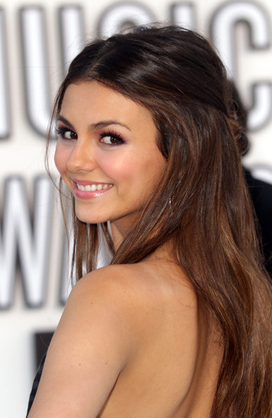 Victoria Justice Actress Victoria Justice arrives at the 2010 MTV Video
