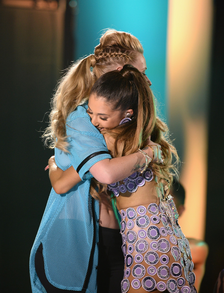 She gets hugs from Iggy Azalea. - Ariana Grande's ...