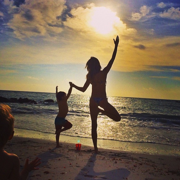 Gisele spends a day at the beach with the kids.
