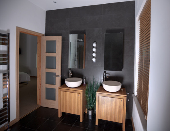 Sleek gray tiles modern bathrooms lonny - Sol salle de bain en teck ...