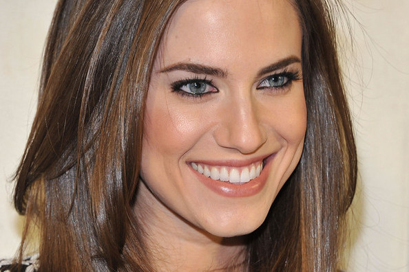 Allison Williams Rocks the Long Wavy Cut