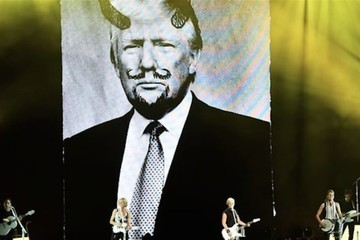 Dixie Chicks Flash Photo of Donald Trump With Devil Horns During Cincinnati Concert